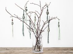 On a trip to the beach the other day, Anna found some dainty pebbles. In this video, you can discover how to make you own macramé ornaments with pebbles. Make Your Own, Make It Yourself, How To Make, Anna, Deco, Glass Vase, Canning, Stone, Diy Ornaments
