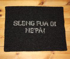 Sitteunderlag som er tovet - tekst eller navn - flere farger kan velges :) Diy And Crafts, Knit Crochet, Knitting, Tricot, Breien, Ganchillo, Stricken, Weaving, Knits