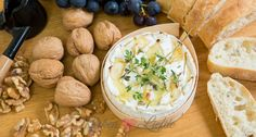 Camembert uit de oven met tijm, knoflook en honing. Lekker om te serveren bij de borrel of als nagerecht met stokbrood, druiven en walnoten.