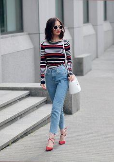look similaire sur placardeuse.com   pull : https://www.placardeuse.com/pullovers/225-pull-a-rayures-pop-zara.html  jean : https://www.placardeuse.com/jeans/158-jean-boyfriend-hm.html