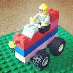 嫁さん作LEGO「私にはコレが限界… 農作業的なクルマ…」 ─ ハンドルとライトのパーツ使いが新鮮。