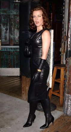 Since I have not posted the full length leather pic of Debi Mazar in leather, here it is. Black Leather Dresses, Black Leather Gloves, Leather Skirts, Leather Outfits, Debi Mazar, Leather Fashion, Sexy Women, Celebs, Ladies Gloves