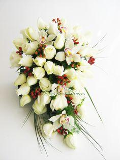 Elegante ramo de rosas blancas, Orquídeas cymbidium y exótico follaje rojo (hipericum) que realza la delicadeza de este bello ramo.