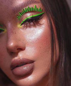 floating eyeliner makeup trend Indie Makeup, Edgy Makeup, Eye Makeup Art, No Eyeliner Makeup, Eyeliner Looks, Glamorous Makeup, Fall Makeup, Beauty Makeup, Cool Makeup Looks