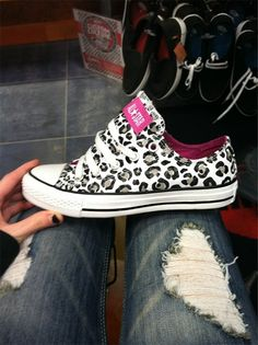 Low Top Leopard Print All Star Chuck Taylor's. Converse Leopard, Leopard Sneakers, Leopard Shoes, Crazy Shoes, Me Too Shoes, Mode Converse, Converse Shoes, Converse Cake, Converse Chuck