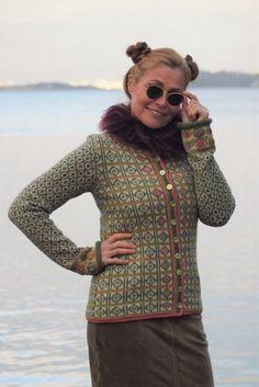 Hippiekofte / Hippie Jacket Design&Photo: Sidsel J.no Yarnkit in my webshop sidselhoivik. Pattern in English, Dutch and Norwegian We ship to Europe, USA, Canada, Australia and New Zealand Fair Isle Knitting Patterns, Knitting Stiches, Sweater Knitting Patterns, Crochet Cardigan, Knit Crochet, Fair Isle Pullover, Extreme Knitting, Norwegian Knitting, Hippie Man