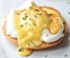 The easy recipe for eggs benedict with a delicious hollandaise sauce! Egg Recipes, Brunch Recipes, Cooking Recipes, Mexican Breakfast Recipes, Mexican Food Recipes, Healthy Protein Breakfast, Ways To Cook Eggs, Healthy Food Alternatives, Healthy Recipes