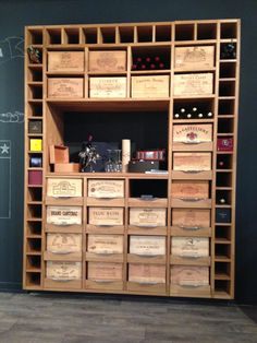 To the madness of recycling wooden pallets is added that of wooden crates! Smaller, they often stay in a corner to collect dust in the DIY workshop. Vin Palette, Palette Diy, Crate Storage, Wine Storage, Storage Shelving, Crate Shelving, Cave A Vin Design, Home Wine Cellars, Wood Pallet Recycling