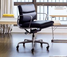 Designer Charles & Ray Eames, 1969.      Uma extensão das cadeiras Aluminum Group projetadas em 1958 para a casa Irwin Miller, o Soft Pad Group repete a estrutura das cadeiras anteriores, acrescentando almofadas para o assento e encosto. Coberto em Couro, as almofadas transformaram a personagem de reposição do Grupo de Alumínio em uma versão de luxo para casas e escritórios.      A suspensão do banco foi uma grande conquista técnica e representou um afastamento do conceito de ca...
