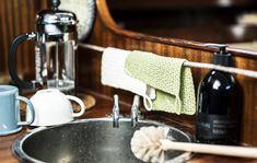 Pellavalangasta valmistuu virkaten ekologinen tiskirätti, joka kestää käyttöä ja pesua. Se sopii oman keittiön lisäksi vaikka viemisiksi ystävien mökille.
