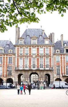 74f30f1edc A Quick Guide to Visiting Place des Vosges