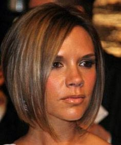 Victoria beckham with short hair cut, long front layers in blond and pixie crop in black hair color. Oblong Face Hairstyles, Medium Bob Hairstyles, Hairstyles Haircuts, Cool Hairstyles, Hairstyles For Over 40, Short Brunette Hairstyles, Medium Hairstyle, Corte Channel, Victoria Beckham Short Hair