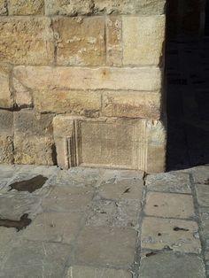 Lápida funeraria en la base de La Giralda