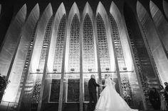 Casamento da Mariana e do Thiago no Santuário Dom Bosco www.rafaelohana.com #wedding #casamento #pb #bw #portrait #photoshoot #photojournalism #fotojornalismo #inesquecivelcasamento #brides #bride #santuariodombosco #brideandfather