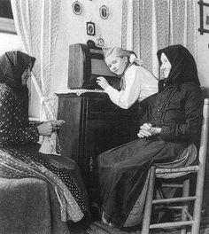 Falusi család rádiót hallgat 1954