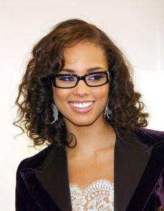 Alicia Keys: With the right shape and color, glasses can almost act like cosmetics. Alicia's beautiful eyes look even more beautiful with these glasses. Alicia Keys, Celebrities With Glasses, Girl Celebrities, Celebrity Glasses, Afro, Meagan Good, Wearing Glasses, My Hairstyle, Celebrity Beauty