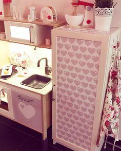 IKEA Kinderküche mit passendem Kühlschrank im byGraziela Design: Das funktioniert ganz einfach mit den DUKTIG Foliensets + passender Meterware für ein kleines Schränkchen als Kühlschrank. Für uns einer der schönsten IKEA Hacks für Kinder!