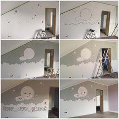 """Aktuell gibt es irgendwie nicht viel Neues im Haus, das ich zeigen könnte. Hier und da ein paar Lampen und Schalter mehr und die Fliesen vermehren sich fleißig. Ins Obergeschoss komme ich derzeit nicht, da die Bautreppe & Gerüst abgebaut sind ♀️ Aber nächste Woche kommt ja endlich die Treppe  Dann kann ich auch endlich Lukes Zimmer vollenden ❤️ Bis dahin gibt es nur noch mal das """"Making of Babyzimmer"""" zu sehen  #interior #homestyle #bauherren2017 #baby2018 #bauherren #januarbaby201..."""