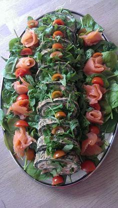 Lakseroulade til 8 personer 3-400 g røget laks 500 g Frisk spinat 8 æg (adskilt i hvider og blommer) 100 g Parmesan (fintrevet) Fyld 8 spsk creme fraiche 38% 3-4 skefulde soltørrede tomater i ol
