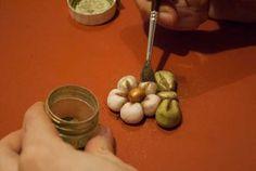 Ecco un semplice ma efficacissimo tutorial per tutti appassionati delle ceramiche Thun: come creare un fiorellino in pasta di zucchero con le forme e i colori tipici della casa altoatesina. Sembra terracotta, e invece è cake design! Ringraziamo La Bruss delle Torte per questo tutorial. Ma prima… guarda come si usa la pasta di zucchero: …