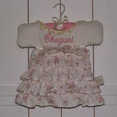 Enfeite de porta que pode ser personalizado com o nome e tecidos que escolher! #maternidade #gravida #maedemenina #personalizado #exclusivo #lojabbchic