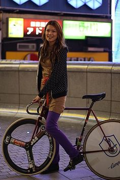 Cute chick with a hipster fixie. Love the bike but it's got a style to it that I find all too familiar and reminds me of the late import car tuning scene. Urban Cycling, Urban Bike, Fixed Gear Girl, Fixed Gear Bicycle, Female Cyclist, Bicycle Girl, Bicycle Women, Cycling Girls, Cycle Chic