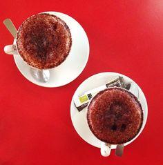 On a beau être coyrageuses à l'agence un bon cappuccino le vendredi matin, ça aide à boucler la semaine! cappuccino, café, bistrot parisien, paris, red, tasses