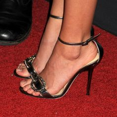 Sarah Hyland's Feet << wikiFeet