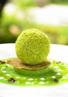 Guacamole ball, pea and crunchy parmesan sauce Appetizer Plates, Appetizers, Yummy Snacks, Yummy Food, Yummy Lunch, Food Plating Techniques, Chefs, Weird Food, Food Presentation