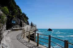 Cinque Terre: Urlaubsplanung!   Hier wohnt das Glück Cinque Terre, Garden Bridge, Outdoor Structures, Beach, Places, Water, Budget Travel, Bike Rides, Colorful Houses