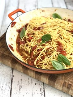 A super simple roast tomato pasta sauce recipe that's perfect tossed through freshly cooked spaghetti for an easy summer dinner the whole family will love! Roasted Tomato Pasta, Tomato Pasta Recipe, Pasta Sauce Recipes, Roasted Tomatoes, Summer Pasta Recipes, Easy Pasta Recipes, Easy Summer Dinners, Good Roasts, Easy Weeknight Meals