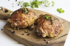 Kip is neutraal van smaak. Wrijf kippendijen in met een mengsel van kruiden, olie en suiker en je hebt een makkelijk gerecht in weinig tijd.