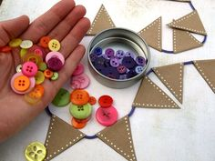 Craft paper button bunting instructions - lovely!