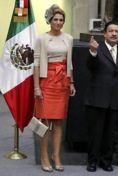 Die beige-orange Kombi mit geschnürtem Bleistiftrock, abgerundet mit einem farblich passenden Tiptoe-Heels und Blumen-Hütchen ist Máximas perfekte Wahl für ein Besuch in Mexiko.