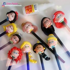 Pasta Flexible, Princesas Disney, Clay Tutorials, Fondant, Biscuits, Mickey Mouse, Polymer Clay, Pens And Pencils, Harry Potter Birthday