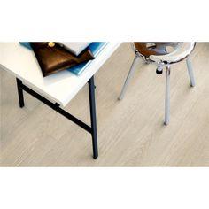 Pergo Classic Plank Ek Ecru Mansion - Premium - Vinylgolv  Ljusbrun Mansion ek ger hemmet en elegant, mjuk och ljust skandinavisk känsla som passar särskilt bra till en yngre, modern inredningsstil med fräscha färger.