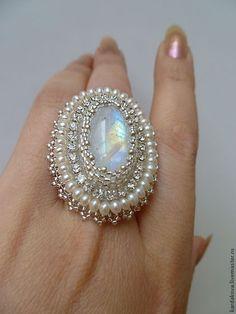 Купить или заказать Кольцо с адуляром 'Moonlight' в интернет-магазине на Ярмарке Мастеров. Крупное кольцо, а скорее даже перстень, с изумительным натуральным лунным камнем - адуляром. Нежное, очень женственное и романтичное. Изумительно будет смотреться с вечерним нарядом, а так же на свадебной перчатке в комплекте с жемчужным браслетом. Сделано на заказ в комплект к серьгам www.livemaster.ru/item/8404403-ukrasheniya-sergi-s-adulyarom-lunnyj-svet и подвеске www.livemaster.