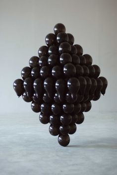 likeafieldmouse: David Stearn - Untitled Interlocking Sculpture - 146 inflated balloons and adhesive, duration 5 hrs. Contemporary Sculpture, Contemporary Art, Kitsch, Black Balloons, Latex Balloons, Bokashi, Or Noir, Art Object, Light And Shadow