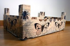 Hola de nuevo!!Después de unas vacaciones un tanto largas y de desconexión os traigo un diy muy fácil y bonito!! ;D Decorar una caja con la técnica decopatch utilizando servilletas, sí, sí, habéis leido bien, servilletas!!!  Material que necesitáis:- Una caja (obviamente jeje, yo he utilizado una de fresas, puede ser de cartón o madera) - Pintura acrílica o ch ... Wooden Crates, Wooden Boxes, Altered Boxes, Collages, Paper Shopping Bag, Diy And Crafts, Projects To Try, Shabby Chic, Kos