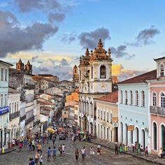 """Salvador, Brasil: también es llamada la """"capital de la felicidad"""". Conocida por sus fiestas en exteriores que abarcan toda la ciudad, que culminan en el carnaval en primavera, la ciudad es una joya cultural.  Durante la noche, disfruta de la renombrada cocina local mientras observas un espectáculo de capoeira, una mezcla de baile y artes marciales"""