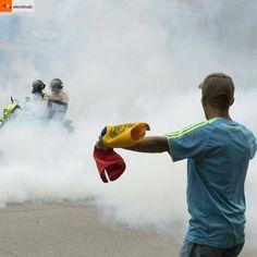 #Repost from @elestimulo with @regram.app ... Las concentraciones opositoras que salían desde El Paraíso y la avenida Victoria para marchar hacia Consejo Nacional Electoral (CNE) fueron atacadas este lunes por equipos antimotines con bombas lacrimógenas.    #Fotos Andrea Hernández (@andrernandez)   #Noticias #Venezuela #1DeMayo #AvVictoria