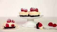 Máte chuť naněco malého sladkého, alenechcete sepouštět dožádného velkého pečení? Připravte sinepečené malinové cheesecaky sbílou čokoládou asušenkovým korpusem. Pochutnáte siabezvadně sehodí inapikniky! Cheesecake, Panna Cotta, Cupcakes, Ethnic Recipes, Food, Dulce De Leche, Cupcake Cakes, Cheesecakes, Essen