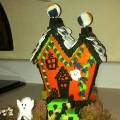 GINGERBREAD HOUSE~Happy haunted gingerbread house Halloween Gingerbread House, Gingerbread Houses, Ginger Bread, Edible Art, Christmas Ornaments, Holiday Decor, Creative, Happy, Christmas Jewelry