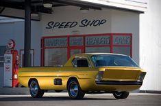 Ein Pick-up wie aus einem Science-Fiction-Film. Das goldgelb lackierte Auto...