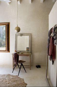 cadre porte manteau et couleur douce du mur en lin avec poutres blanches