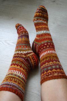 Sienet kaipaisivat sadetta. Minä myös kangaspinoineni. Sillä saralla ei näinä aurinkoisina päivinä tapahdu mitään. Onhan tämä intiaanikes... Knitting Designs, Knitting Projects, Knitting Patterns, Wool Socks, Knitting Socks, Kitten Mittens, Fall Color Palette, Fair Isle Pattern, Mittens Pattern