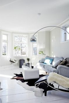 Lay cowhide carpet in the living room or bedroom - carpet Paint Colors For Living Room, Rugs In Living Room, Home And Living, Carpet Dining Room, Bedroom Carpet, Arco Floor Lamp, Black And White Living Room, Black White, Love Vintage