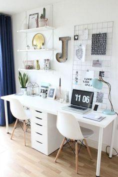 Inspiration für modernes Arbeitszimmer in Weiß. Schlichte Dekoidee für Arbeitsplatz zwei Personen. Langer Schreibtisch bietet Platz für zwei Personen. Idee für Mädchen Jugendzimmer.