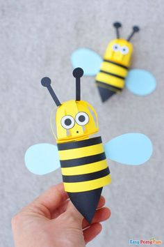 Paper 3D Bee Craft for kids! Spring is all about warmer weather, flowers, and of course bugs, so why not craft a cute 3D paper bee craft to welcome it. Bee Crafts For Kids, Spring Crafts For Kids, Toddler Crafts, Easy Crafts, 3d Paper, Craft Activities For Kids, Flower Crafts, Easy Peasy, Bugs