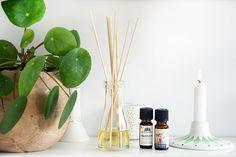 Det er nemt og enkelt at lave sine egne fancy og velduftende duftpinde til hjemmet - her får du en DIY til hjemmelavede duft pinde - læs med her